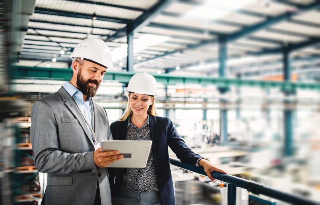 Zwei Ingenieure in einer Maschinenhalle