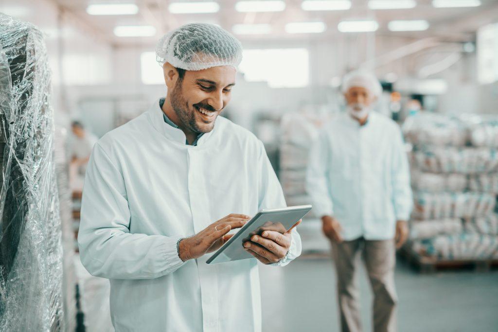 Mann bedient eine Instandhaltungssoftware mit einem Tablet